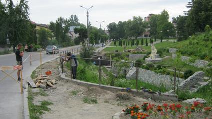 Розпочато капітальний ремонт турнікетів та пішохідного переходу через річку Млинівка на вул. В.Чорновола
