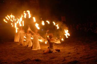 Вогняне шоу і мавки на етнофестивалі «Підкамінь-2013