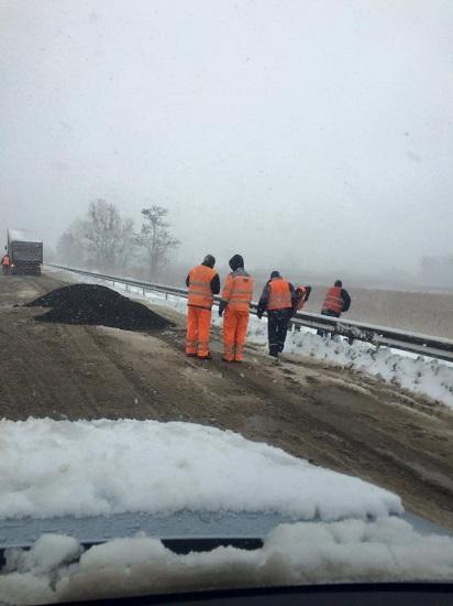 Сніг падає, а дорога робиться… Ремонт дороги на Об'їзній у Золочеві