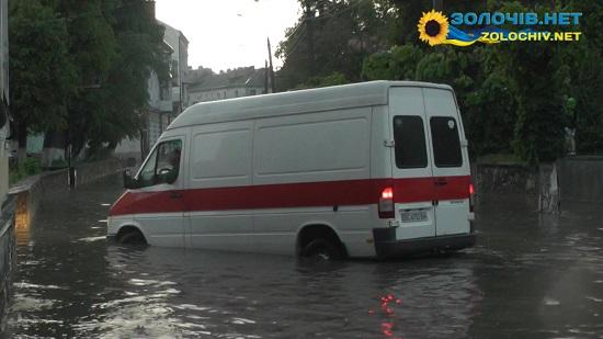 Потоп по-золочівськи, або як вміють плавати машини (відео)