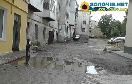 """Мешканці будинку по вулиці Івасюка скаржаться, що їм перед під'їздом """"зробили басейн"""" (відео)"""