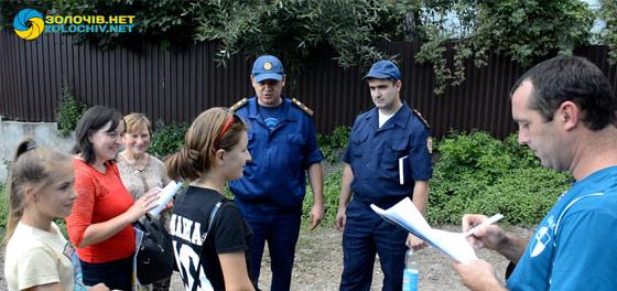 Золочівські рятувальники спілкуються із господарями про заборону випалювання сухостою