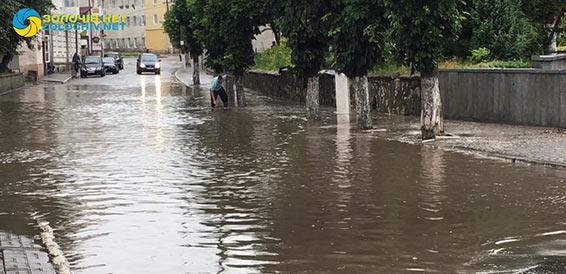 У Золочеві затопило вулицю