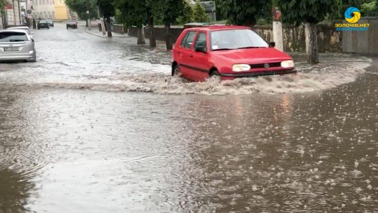 У Золочеві дощ підтопив вулиці