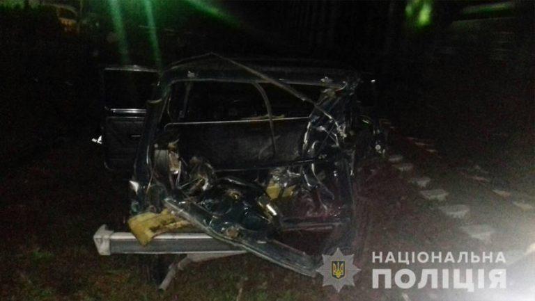 Двоє осіб отримали тілесні ушкодження внаслідок зіткнення автомобіля з потягом