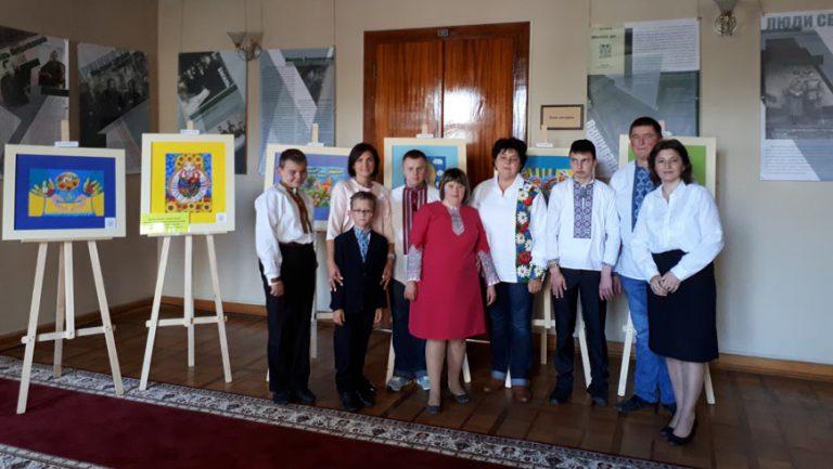 """Експонується особлива виставка дитячих малюнків """"Любіть Україну"""""""