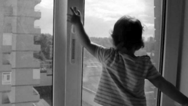 У Львові з вікна квартири випала дитина