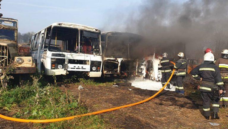 На Львівщині вогнем знищено 2 автобуси