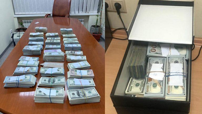 У лікаря-трансплантолога вилучили майже 1 млн. доларів, оголошено підозру