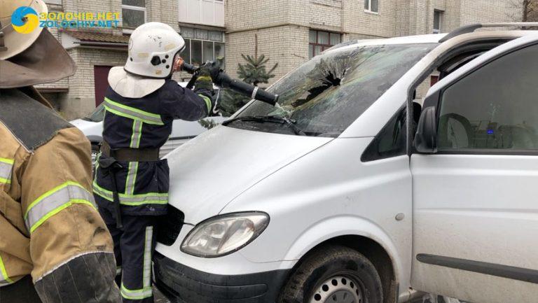 Рятувальники ліквідували пожежу в автомобілі в центрі Золочева (відео)