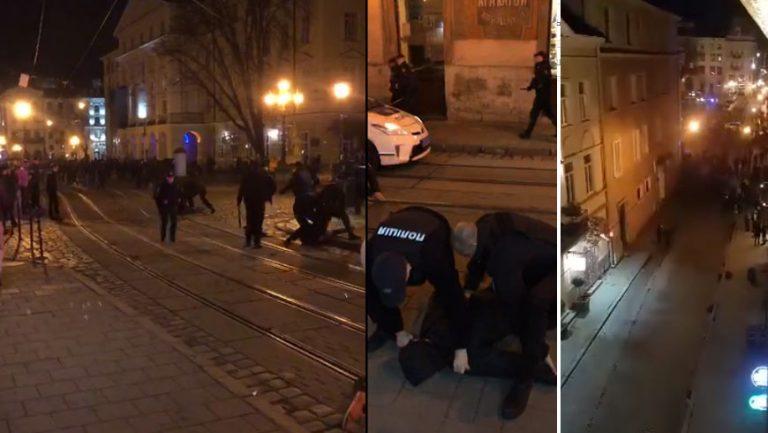 У центрі Львова сталася масова бійка футбольних фанатів (відео)