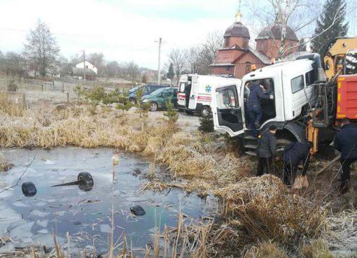 с. Коти Яворівського району з озера вилучено легковий автомобіль з 4 загиблими особами