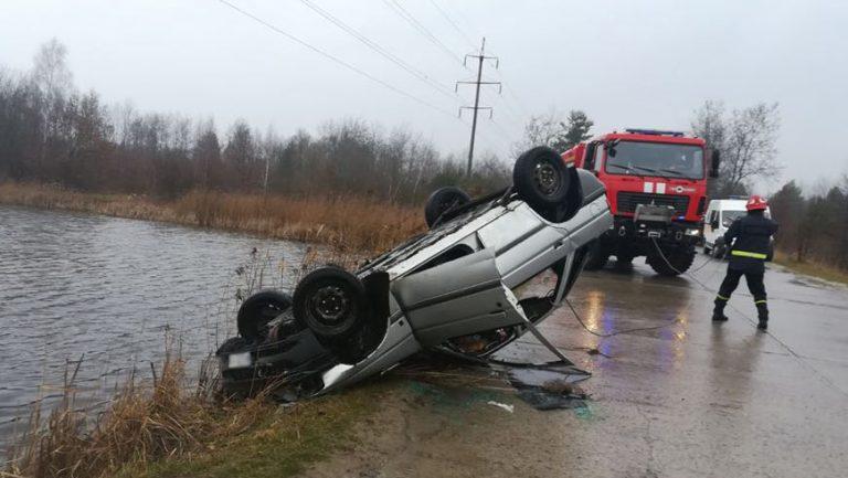 На Львівщині рятувальники витягнули автомобіль з озера
