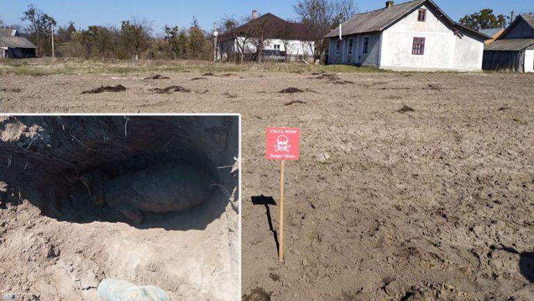 У Золочівському районі біля будинків селяни натрапили на бомбу часів ІІ Світової війни