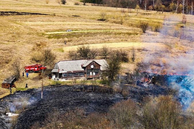 Протягом доби до рятувальників надійшло 78 повідомлень про пожежі сухої трави