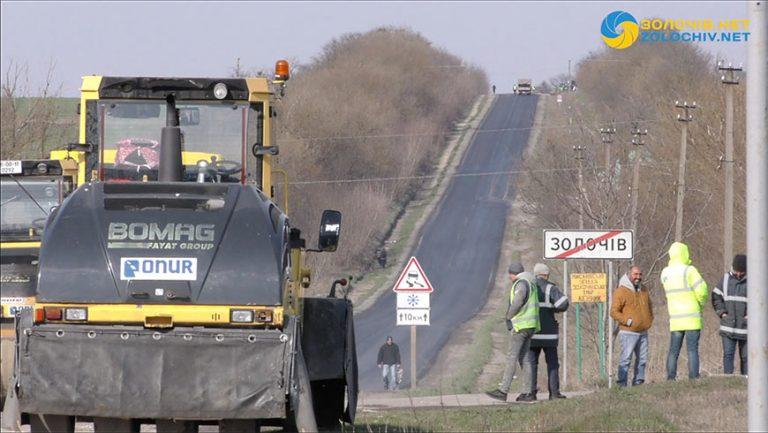 Як проводять ремонт дороги Золочів – Ясенів та які ділянки відремонтують (відео)