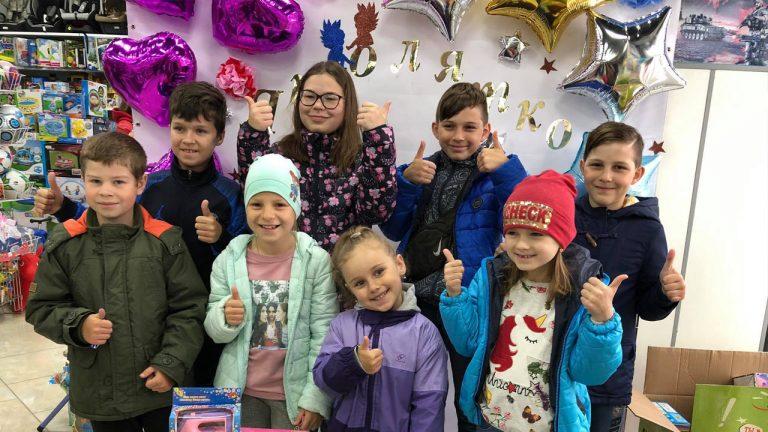 У дитячому магазині «Янголятко» роздавали подарунки (відео)