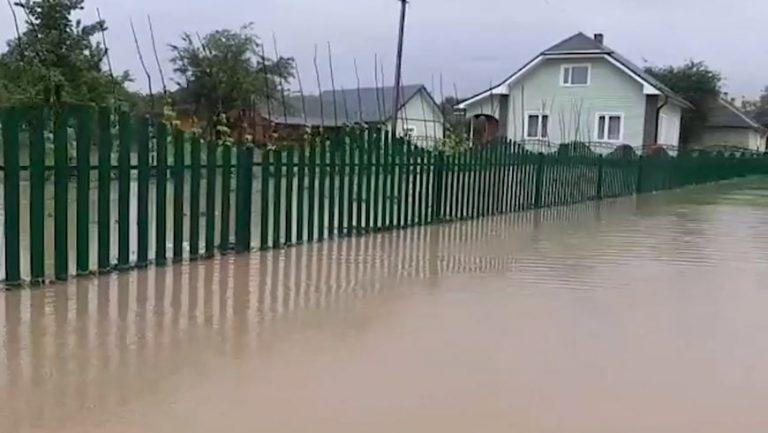 На Львівщині рятувальники надають допомогу населенню у подоланні наслідків підтоплення (відео)