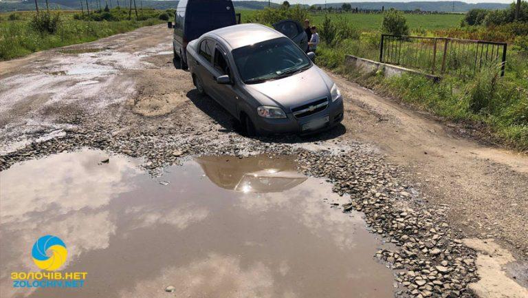 Наживо: на Кільцевій дорозі у Золочеві авто втрапило в яму (відео)