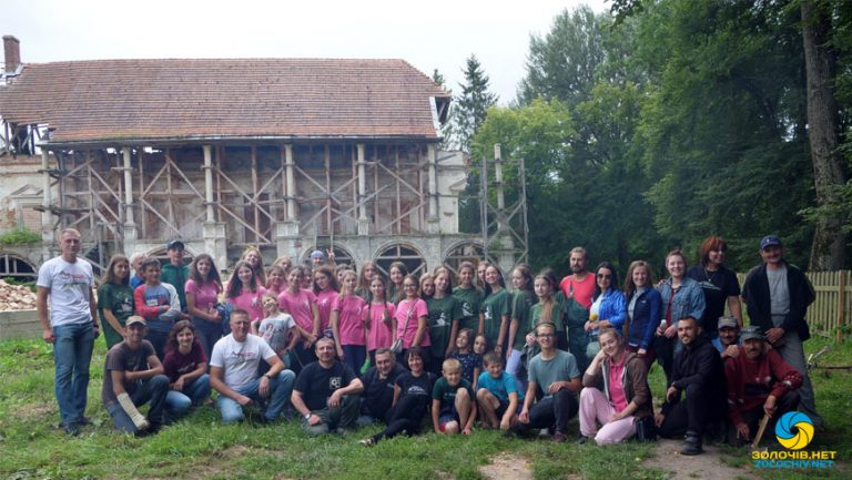Біля Поморянського замку провели толоку (відео)
