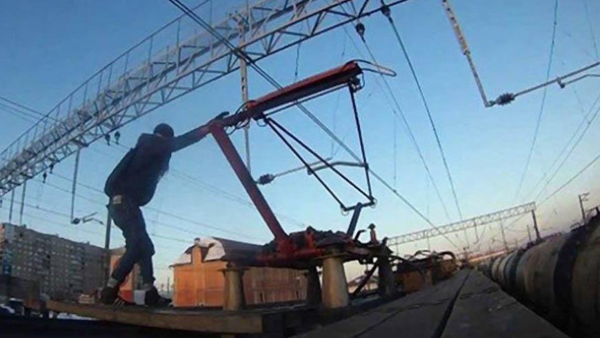 На залізничній станції юнак намагаючись зробити фото отримав ураження електричним струмом