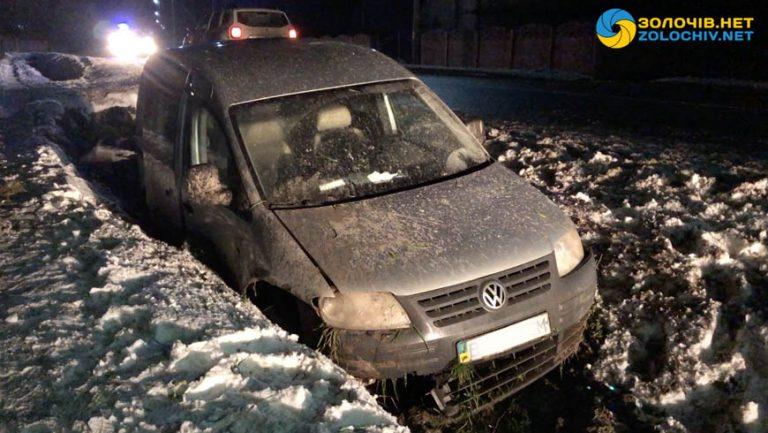 У Золочівському районі авто злетіло з дороги (відео)