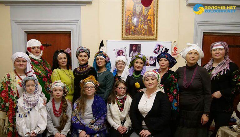 Майстер-клас з уміння пов'язувати і носити українську хустку провели у Золочеві (відео)