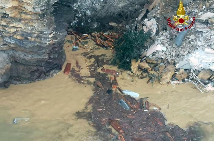 В Італії стався зсув землі на кладовищі: 200 трун впали у море (відео)