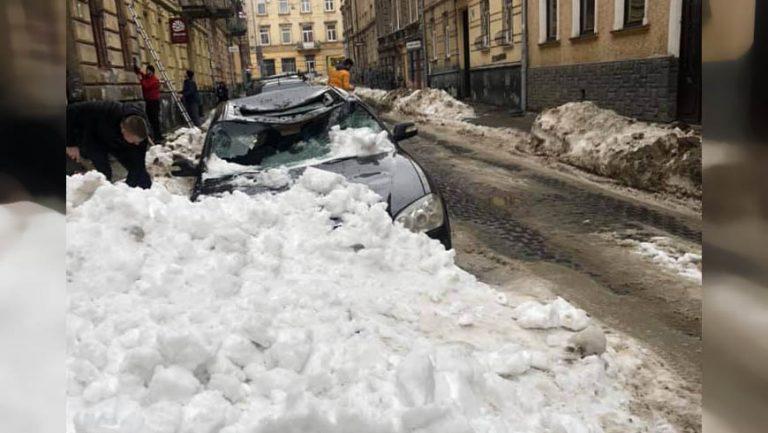 У Львові брила снігу розтрощила автомобіль