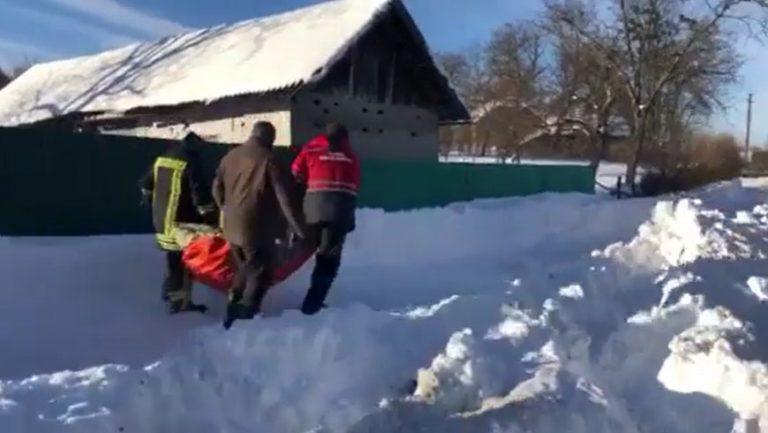 У Золочівському районі надзвичайникам довелось нести хвору засніженою дорогою на ношах (відео)