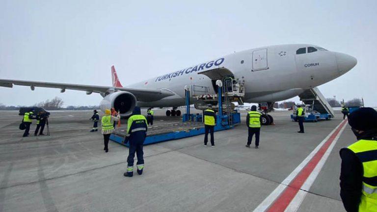 До України прибув вантажній літак з вакциною (відео)