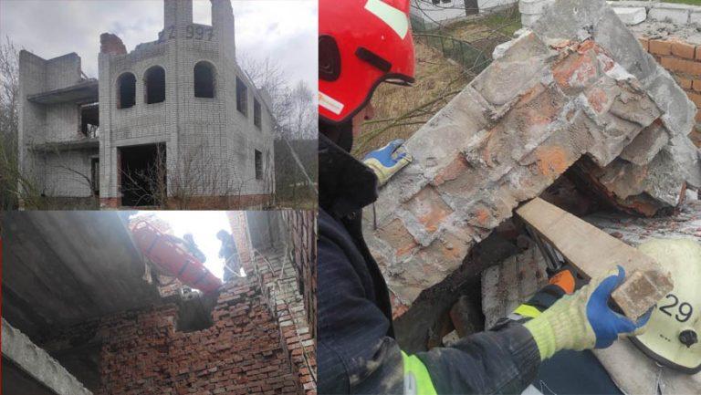 На Львівщині рятувальники деблокували з-під завалу стіни тіло загиблого чоловіка