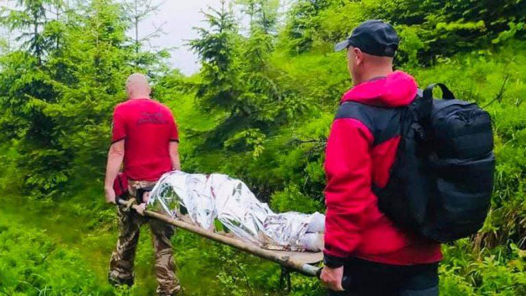 Рятувальники допомогли травмованій туристці спуститись з гори