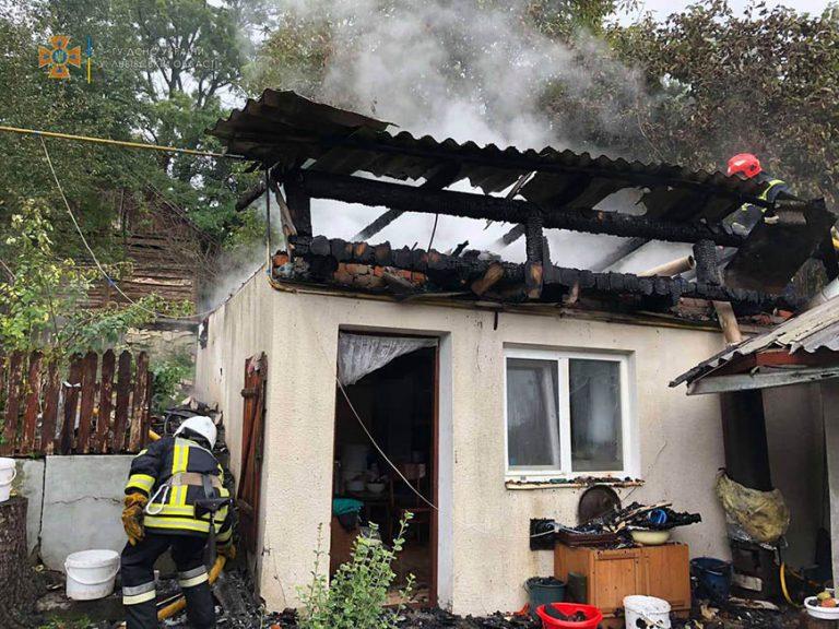 У Золочівському районі вогнеборці ліквідовували займання в літній кухні