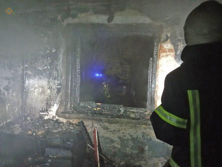 У Золочівському районі вогнеборці врятували з палаючого будинку жінку